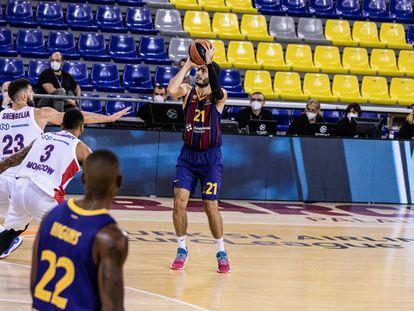 Abrines lanza, ante Shengelia, en el partido Barça-CSKA.