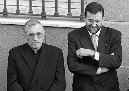 El cardenal Antonio María Rouco y Mariano Rajoy, cuando este era ministro de Educación, en 1999.