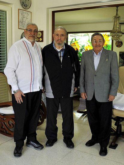 Foto difundida por el Gobierno cubano después de la reunión sostenida ayer viernes 18 de febrero en La Habana entre el presidente de Paraguay, Fernando Lugo, Raúl Castro y Fidel Castro