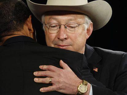 Ken Salazar, abraza a Barack Obama tras ser anunciado como secretario de Interior en 2008.