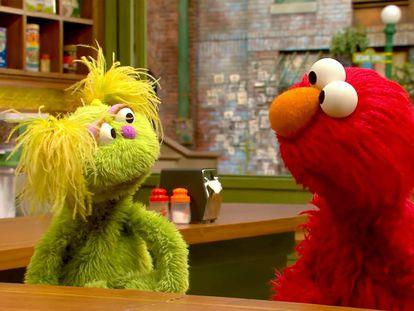 Karli, la marioneta verde de la imagen, explica a su amigo Elmo en una escena del 'Barrio Sésamo' estadounidense que su madre está en rehabilitación.