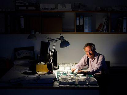 Rafael Moneo, en su mesa de trabajo, en octubre de 2019.