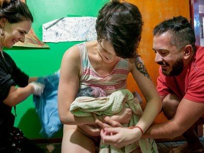 Una argentina recibe al bebé que acaba de dar a luz en su casa.
