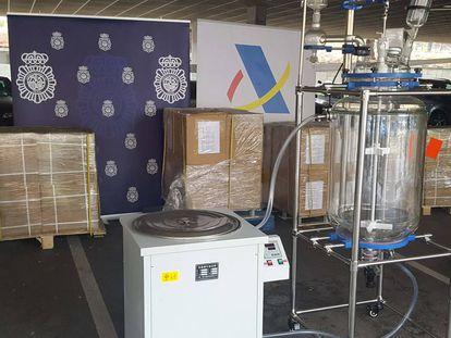 Máquina para fabricar 20 millones de pastillas de éxtasis junto con los 2.500 kilos del compuesto precursor incautados por la policía.