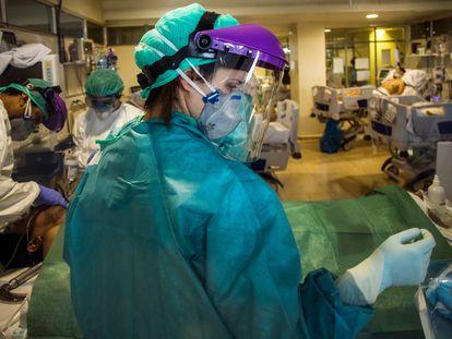 El personal sanitario atiende a un paciente en una UCI improvisada, en el Hospital de La Paz, en Madrid, el pasado abril.