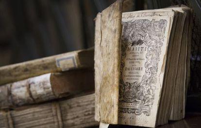 Una de las piezas bibliográficas necesitadas de restauración del fondo de la UB.