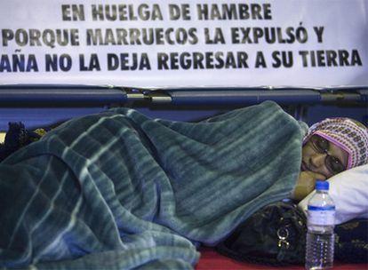 La saharaui Aminatu Haidar duerme en las instalaciones del aeropuerto de Lanzarote.