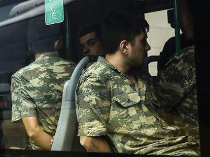 La purga tras el intento de golpe de Estado afecta ya a 60.000 personas. 262 jueces y fiscales militares han sido suspendidos y 99 generales están procesados