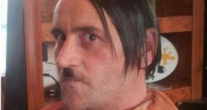 Imagen que Bachmann, caracterizado como Hitler colgó en Facebook.