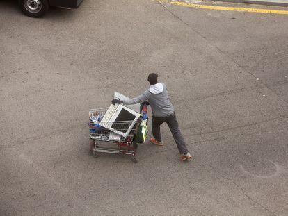 Un reciclador informal, a no ser que tenga un día de suerte puede ganar entre 10 y 15 euros al día por la venta del material que encuentra.