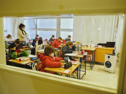 Alumnos del CEIP Maestro Antonio Reyes Lara, de Gines (Sevilla), con un depurador de aire con filtro HEPA financiado por el Ayuntamiento, durante una de las clases.