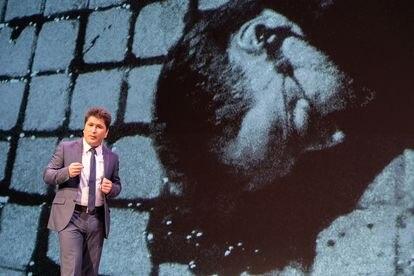 El activista tayiko Sharofiddin Gadoev muestra una foto de su primo, el opositor Umarali Kuvvatov, en un foro en Oslo en 2019.