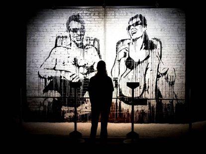 Un visitante observa un mural de un graffiti de Banksy en Madrid.