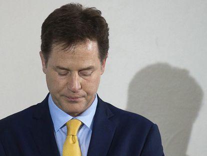 El liberal Nick Clegg anunciando su dimisión.