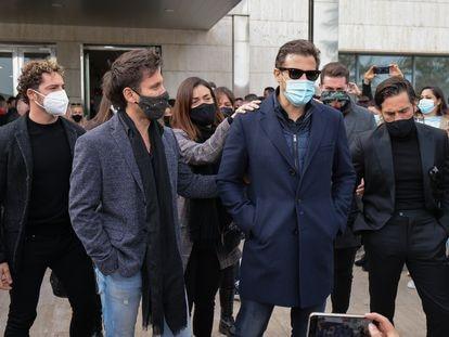 El hermano de Àlex Casademunt atiende a los medios en el tanatorio de Mataró arropado por Javián, David Bisbal, Geno, Manu Tenorio y David Bustamante, este jueves.