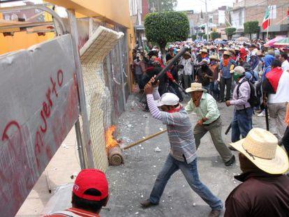 Maestros y activistas destrozan sedes políticas de Chilpancingo (Guerrero).