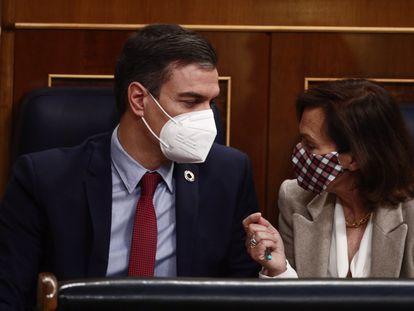 El presidente del Gobierno, Pedro Sánchez; y la vicepresidenta primera, Carmen Calvo, conversan en el Congreso de los Diputados, el pasado 10 de marzo.