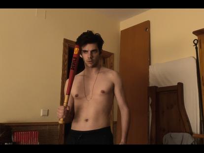 Álvaro Rico, en un instante del segundo capítulo de 'Relatos Con-Fi-Na-Dos', de Amazon Prime Video