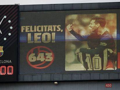 Felicitación a Messi en los marcadores del Camp Nou.