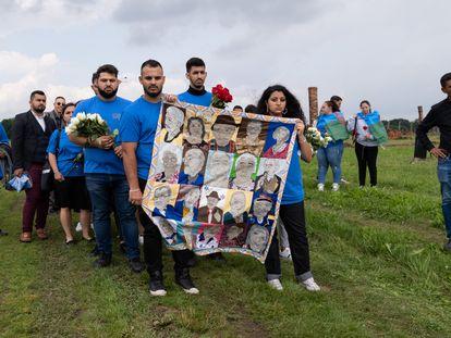 Un grupo de gitanos en una acción memorial el pasado 2 de agosto en el antiguo campo de Auschwitz II Birkenau, en Polonia, en el día de recuerdo del genocidio sinti y gitano.
