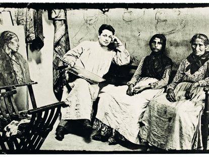 Isidre Nonell en su taller con dos de sus modelos y una de sus obras a medio hacer, en una imagen de Joan Vidal Ventosa.