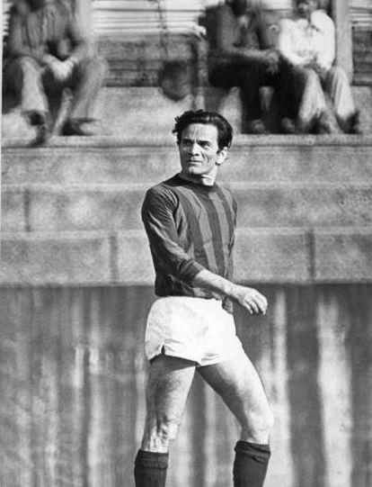 Pier Paolo Pasolini, en un campo de fútbol en Roma en los setenta.