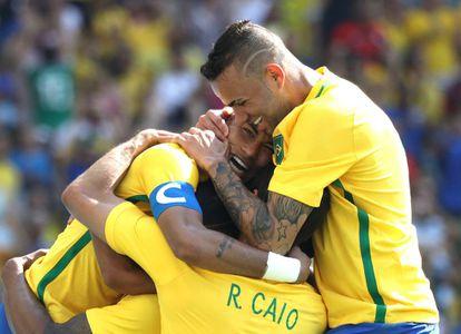 Jugadores brasileños celebran un gol