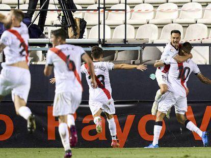 Los jugadores del Rayo Vallecano festejan uno de los goles del equipo en la victoria por 3 a 0 en el partido de ida de las semifinales de los 'playoffs' ante el CD Leganés.