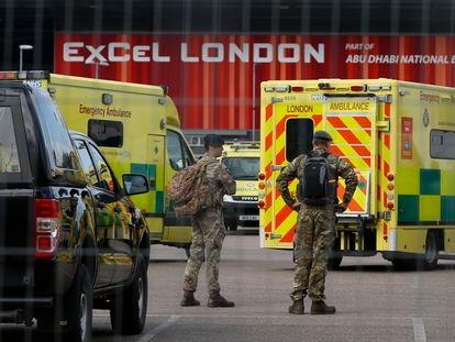 Soldados británicos, el miércoles en la entrada de un hospital de Londres.