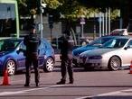 Dos agentes de la Policía Nacional durante un control policial en una calle de Móstoles, Madrid (España), a 7 de octubre de 2020. Hoy es el tercer día laborable desde que entraron en vigor -el viernes 2 de octubre a las 22.48h.- las restricciones de movilidad impuestas por la orden ministerial publicada el pasado día 8 en el BOE y que afectan a Móstoles, a la capital de Madrid y a otros nueve municipios madrileños que cumplen los criterios fijados de incidencia de contagiados por COVID-19. 07 OCTUBRE 2020 Jesús Hellín   / Europa Press 07/10/2020