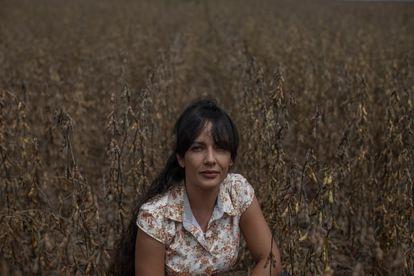 La fazendeira Tamires Vasconcelos en un campo de soja en marzo. Dirige una hacienda de 5.100 hectáreas de cultivos en Sinop, en el flanco sur de la Amazonia.