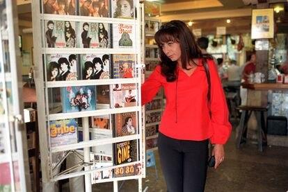 La cantante del grupo Camela, María Ángeles Muñoz, mira unos discos en una tienda de Extremadura en un momento de descanso durante la gira de verano del grupo, en agosto de 2000.