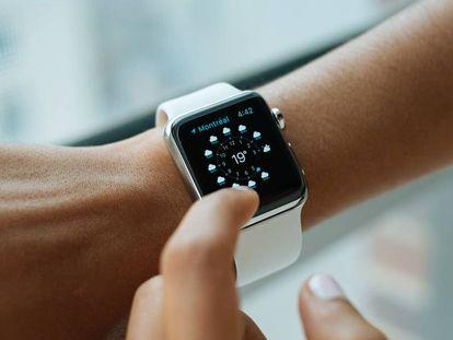 Una persona consulta la información meteorológica en un Apple Watch Series 4.