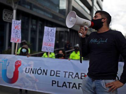 Repartidores de comida durante una protesta en Bogotá (Colombia), el pasado 8 de octubre.