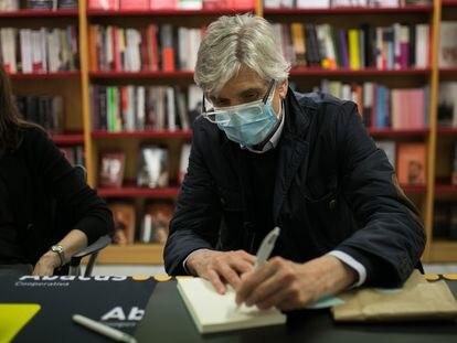 Josep Maria Argimon, secretario de Salud Pública de la Generalitat, firma un ejemplar de su libro el viernes en Barcelona.