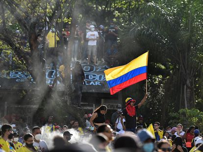 Un manifestante agita una bandera durante las protestas contra el Gobierno de Iván Duque, en Cali, el pasado 17 de junio.