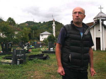 Anis Kosovac, el pasado octubre en el cementerio serbobosnio de Konjic.