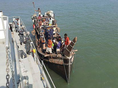 Refugiados rohingyas, en un bote el 2 de mayo, cerca de la costa de Cox's Bazar.