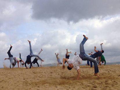 Acróbatas en la playa de Tánger.