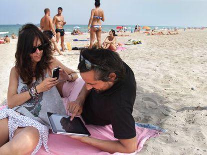 Los reflejos molestan al usar los dispositivos en la playa.
