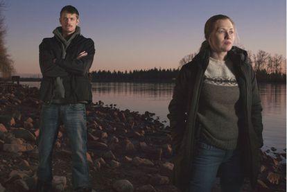 Joel Kinnaman y Mireille Enos, actores de la serie <i>The killing</i><b>, cuya estética y argumento refleja la vida de los </b><i>nuevos aburridos</i>.