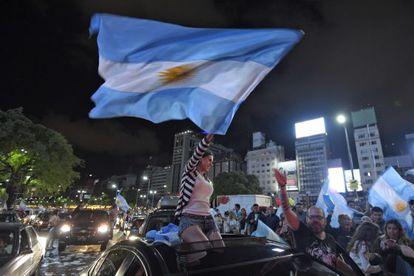 Partidarios de Macri celebran en Buenos Aires la elección de su candidato.