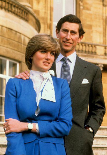 Foto de febrero de 1981 en el palacio de Buckingham, tras el anuncio de la boda de Carlos de Inglaterra con Diana Spencer.