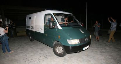 El furgón de la Guardia Civil que traslada al alcalde de Torredembarra a la prisión.