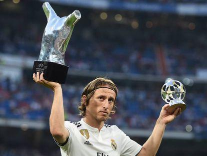 Modric, en el Bernabéu con los trofeos que le otorgó la UEFA.