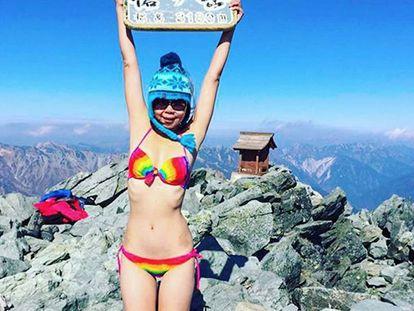 La fallecida Gigi Wu, que se hizo famosa por posar en cumbres de montañas en Taiwan vestida con bikinis.
