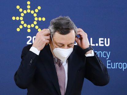 Mario Draghi se ajusta la mascarilla antes de la rueda de prensa tras la reunión del Consejo Europeo, este sábado en Oporto (Portugal).