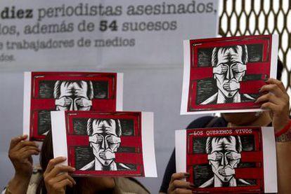 Un grupo de participantes en la manifestación que ha exigido el cese de las agresiones a los periodistas mexicanos en Tijuana (norte). Las marchas han recorrido la capital de México y una quincena de ciudades.