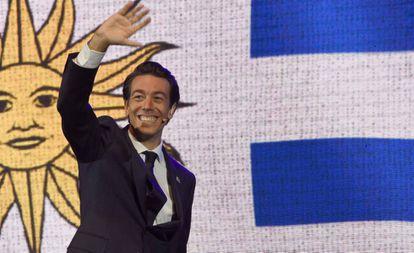 El precandidato a presidente de Uruguay, Juan Sartori, saluda durante un mitin de campaña en marzo pasado.