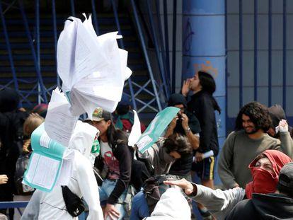 Estudiantes destruyen los exámenes durante una protesta en Valparaíso.